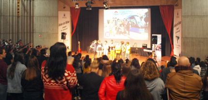 Plano general de la presentación de la campaña en el salón de actos del Instituto La Laboral de La Laguna.