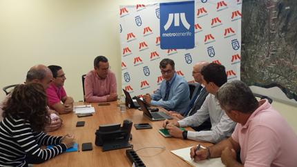 Responsables de Metrotenerife y AENOR reunidos en la sede del Tranvía de Tenerife.