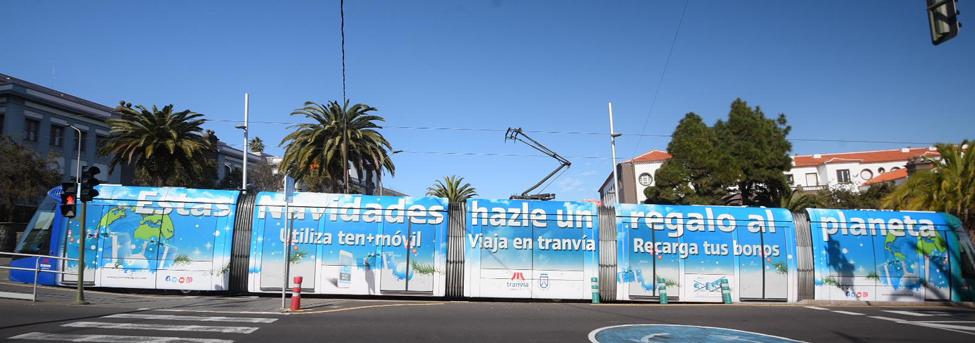 Tranvía rotulado con la campaña 'Hazle un regalo al planeta. Viaja en tranvía' circulando por la zona de la Universidad de La Laguna.