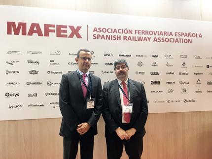 Andrés Muñoz de Dios y Víctor Ruiz Piñeiro, director-gerente de Metrotenerife y presidente de Mafex junto a la imagen institucional de esta asociación ferroviaria.