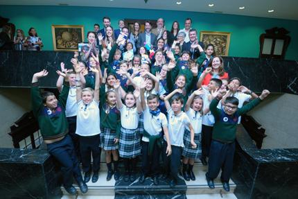 Autoridades del Cabildo de Tenerife, Metrotenerife y Clece, junto a escolares participantes, en la sede de la Corporación insular.