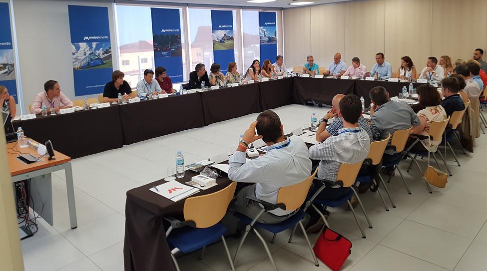 Plano general de la mesa de trabajo del encuentro de Direcciones Económicas y Financieras de Explotadores Ferroviarios Nacionales en una de las salas de Metrotenerife.
