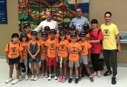 Responsables del tranvía y los niños y niñas de la Escuela de Verano Yo Soy Taco en la recepción de Metrotenerife.