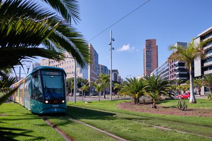 Tranvía circulando por la zona de Tres de Mayo (Santa Cruz).