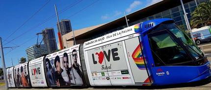 Tranvía rotulado con la imagen 'Isla Bonita Love Festival' en la parada Intercambiador de Santa Cruz.