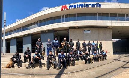 Agentes y 'perros policía' en el exterior de las instalaciones de Metrotenerife.