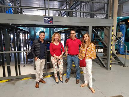 Responsables de Metrotenerife con autoridades de Ecuador y Colombia en la zona de talleres.