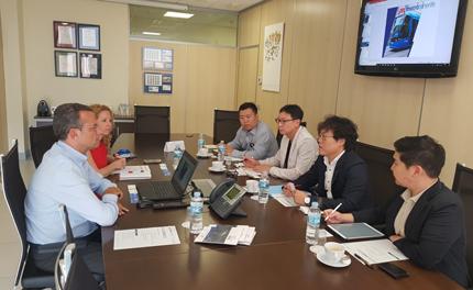 Representantes de Metrotenerife y Korea Transport Institute reunidos en las instalaciones del tranvía.