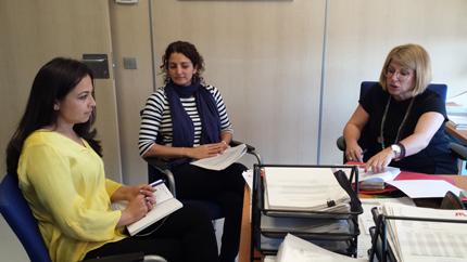 Rebeca Estévez Ugidos y María del Carmen Hernández Pérez, directora financiera y abogada de Metrotenerife, asesoran a personal del Tranvía de Cuenca (Ecuador).